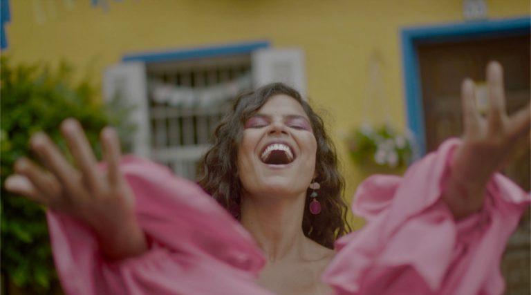 """Amanda Magalhães lança single e clip de """"O amor te dá"""""""